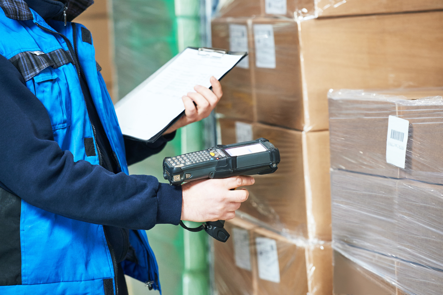 Worker man scanning package in warehouse | racking inspection training course
